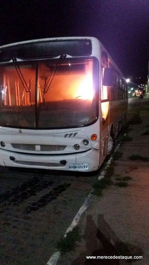 Ônibus escolar pega fogo no Centro de Santa Cruz do Capibaribe