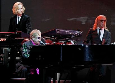 Foto de Elton John cantando en concierto