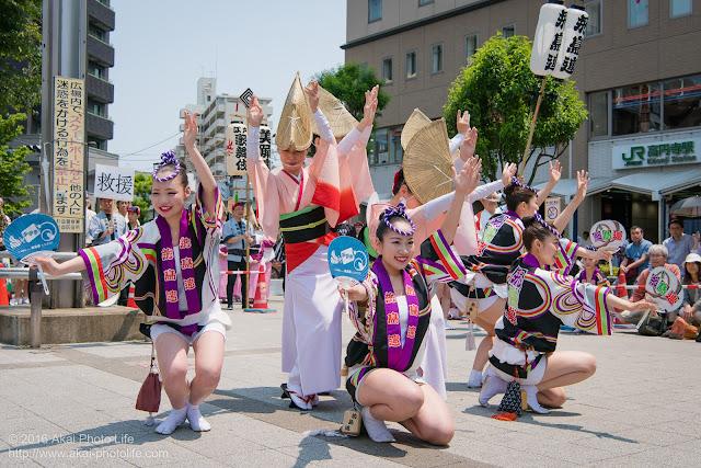 高円寺北口広場、阿波踊り、飛鳥連の舞台踊りの写真