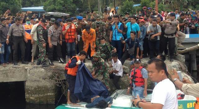 Evakuasi korban kapal tenggelam di Danau Toba.