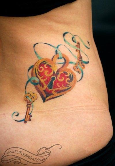 Chica con el tatuaje de una llave y un candado de corazon en la cadera