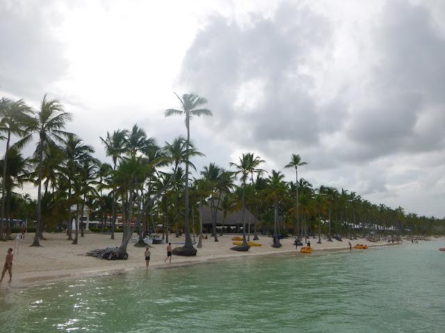 Praia do hotel e as atividades.