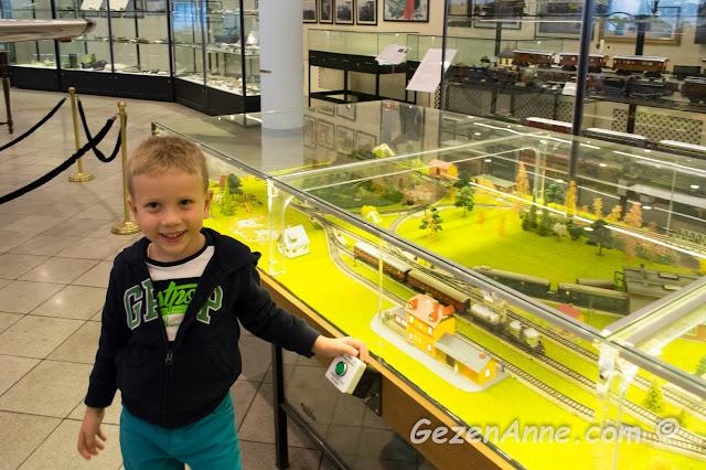oğlum oyuncak trenleri çalıştıran makette yine bir düğmeye basarken, Rahmi Koç Müzesi