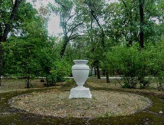 Новгородське. Парк. Квітник і вазон