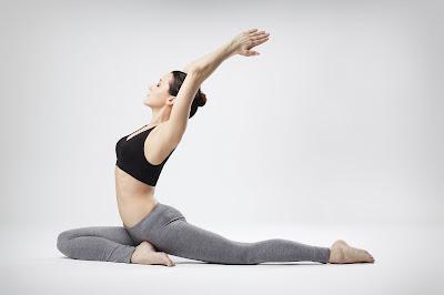 tập yoga với thảm