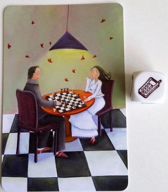 Carta pareja jugando al ajedrez y dado con móvil