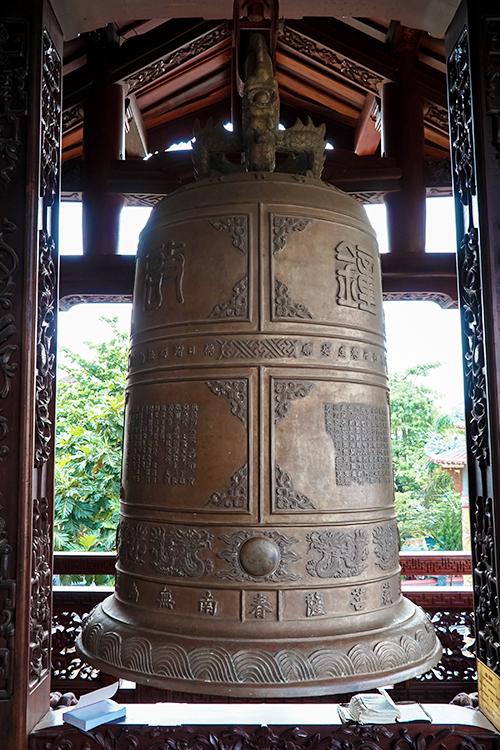 Chuông đồng lớn được đặt bên cánh hữu của chùa. Chuông cao 1,15 mét