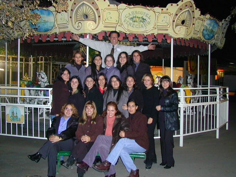 El entusiasta Alejandro Castillo rodeado de sus chicas mágicas 2c79b35f163