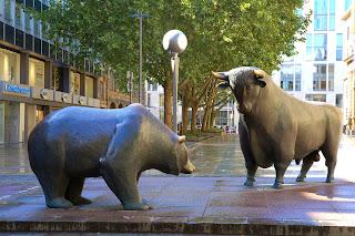 Orso e Toro davanti a Wall Street, capitale del trading finanziario