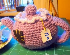 http://www.niftynnifer.com/2014/07/free-crochet-pattern-amigurumi-tea-pot.html