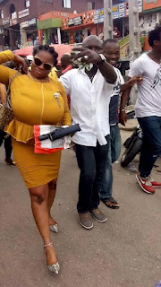 Photos: Lagos Crowd Cheers Woman With Big Breasts While Following Her