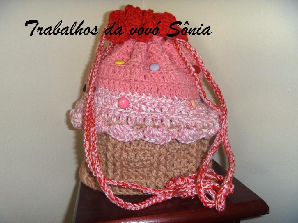 Trabalhos da vovó Sônia  Bolsa-mochila infantil cupcake rosa - crochê 1c03f52156c