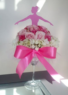 Aranjament floral trandafiri roz si flori mici, delicate albe cu decor balerina decupata din carton