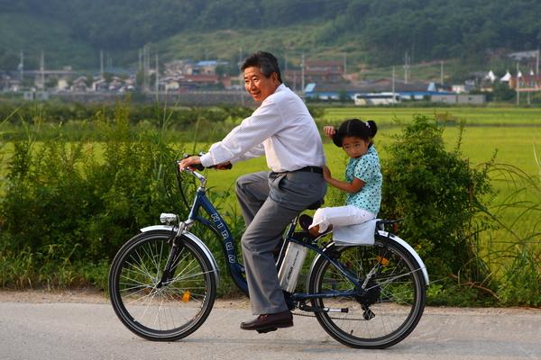 고 노무현 전 대통령님이 퇴임 후 손녀와 자전거 타는 모습