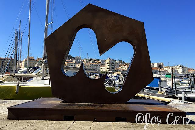 Logo M de Marseille sur le vieux port