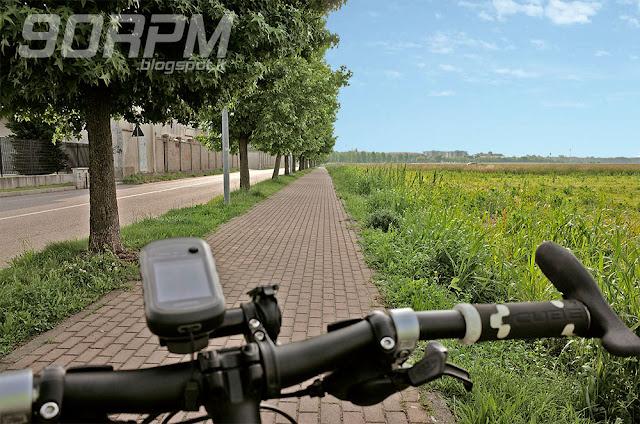 Una bici corre verso la ciclabile del Villoresi percorrende strade ciclabili.