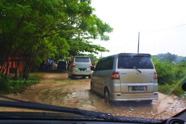 Kondisi jalan di Ujunggenteng ketika musim hujan. Banjir di mana-mana