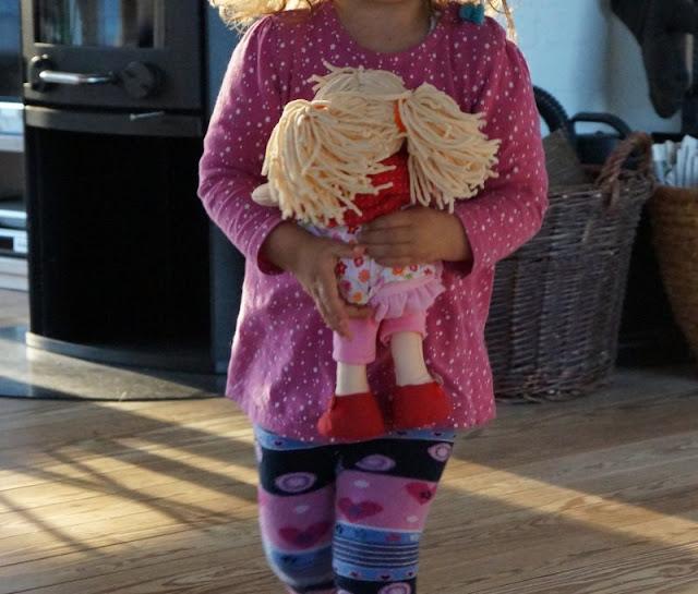 Puppen sind unglaublich wichtig für Kinder, als Freunde und Begleiter der Kindheit. Ich stelle Euch die wunderschön gestalteten und kuschelweichen Puppen Milla und Matze von HABA vor, die gerade bei uns eingezogen sind. Hier: Mädchenpuppe Milla wird getragen.