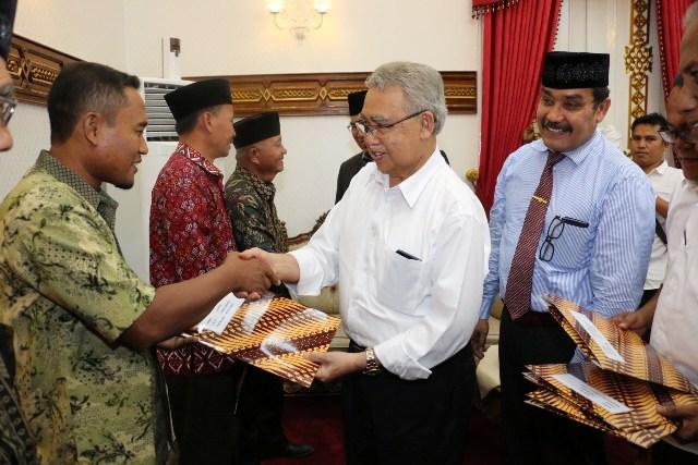 Gubernur Serahkan Sertifikat Tanah Kepada Warga Transmigran