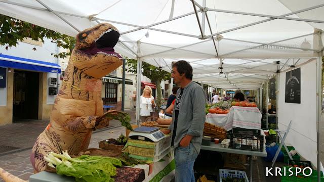 T-Rex comprando verdura en hondarribia