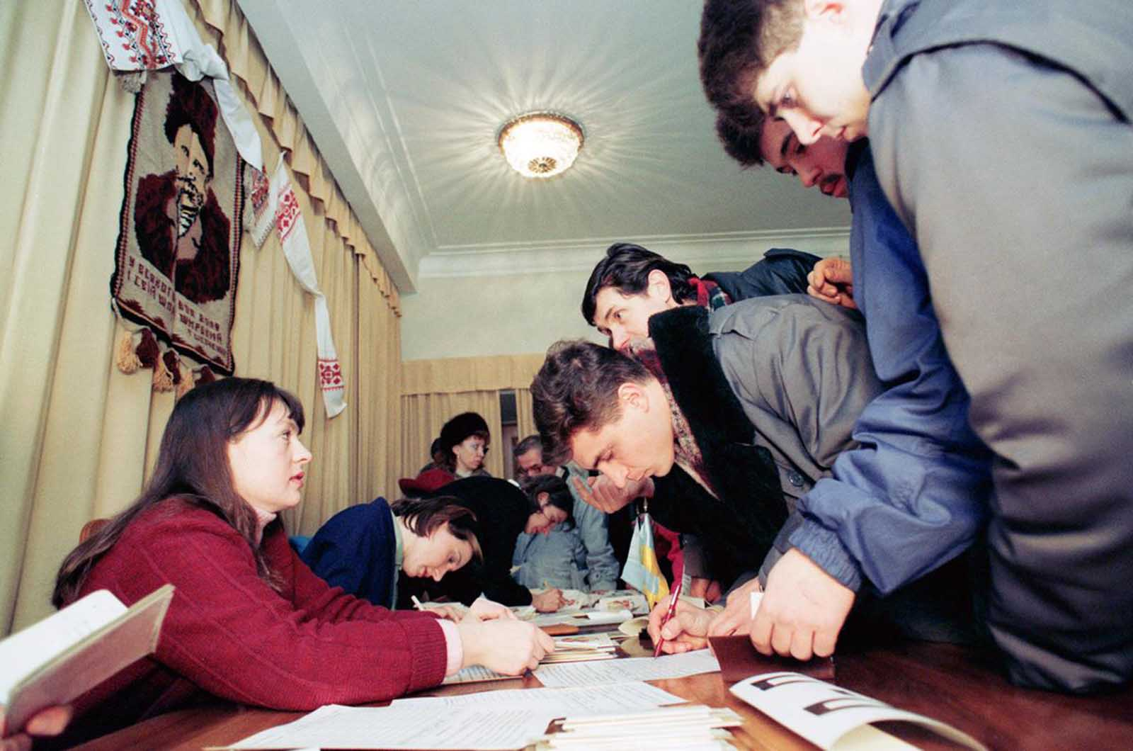 Citizens of the Ukraine vote on a referendum for independence from the Soviet Union at the Ukraine Embassy in Moscow, on December 1, 1991.