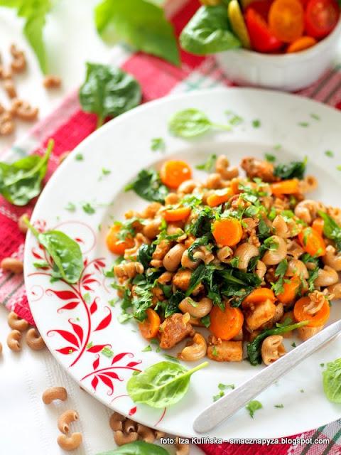 kurczak, makaron duszony, warzywa, co na obiad, szybki obiad, proste danie, cos na szybko, szpinak, marchewka