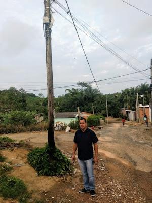 Postes de madeira em má conservação no Arapongal preocupam vereador