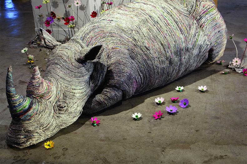 Esculturas de animal compuesto de periódicos densamente enrollados por la artista Chie Hitotsuyama