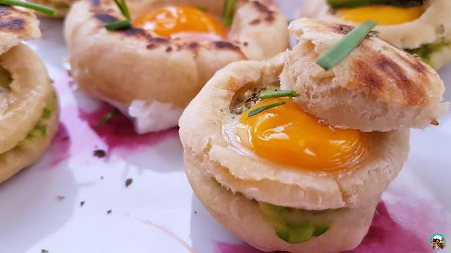Pan a la sartén con huevo y aguacate