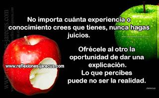 Una niña tenía dos manzanas en su mano. Su mamá se le acercó y le preguntó a su hija si le daría una manzana.   La niña rápidamente mordió una y luego la otra.  La mamá sintió cómo se le congeló la sonrisa y trató de no mostrar su decepción.