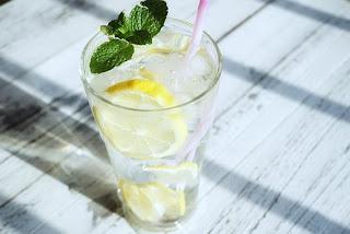 Cara Menghilangkan Bau Kaki  Menggunakan Rendaman Air lemon, manfaat rendaman air lemon, gambar air lemon