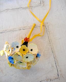 bouquet di fiori di carta in stile acquerello con aggiunta fiori secchi: giallo, blu, arancio