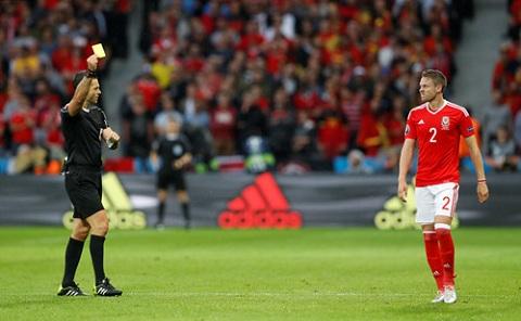 Chris Gunter là một trong 3 cầu thủ Xứ Wales nhận thẻ vàng trong hiệp 1