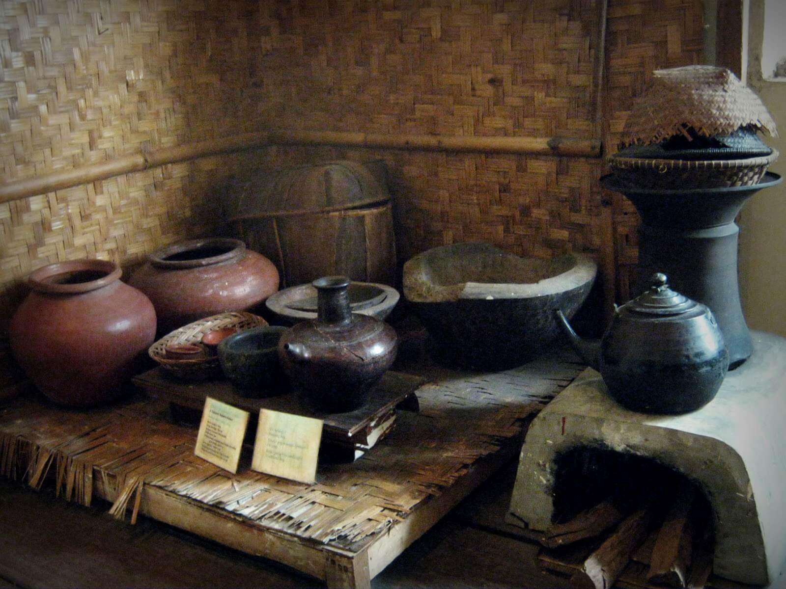 Peralatan Yang Berada Di Dapur Rumah Melayu Riau Berbagi