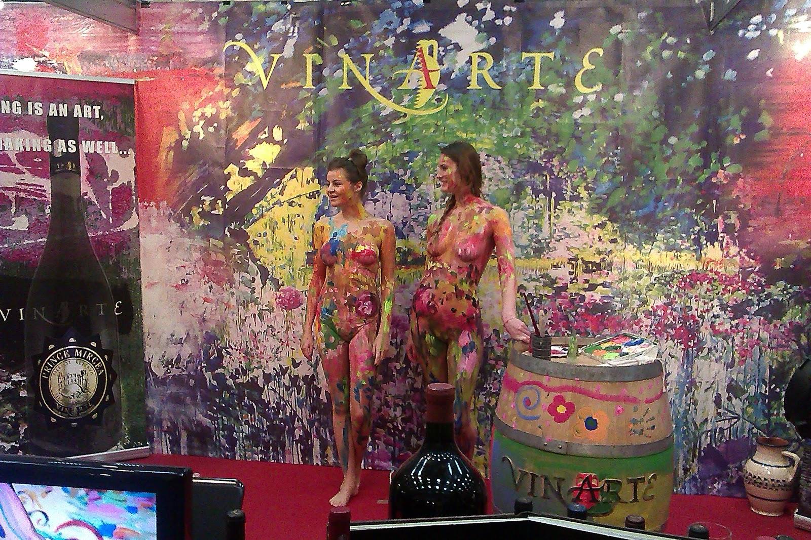fete colorate la standul VInarte