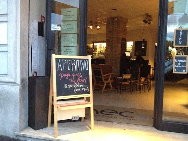 Restaurante italiano mostra que serve aperitivo em placa exposta