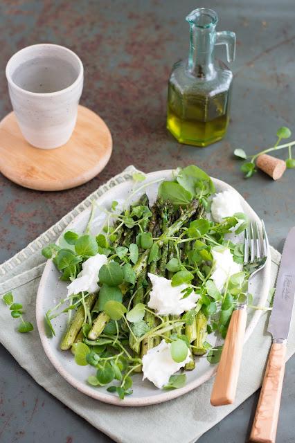 Salade d'asperges rôties, mozzarella di bufala et cresson