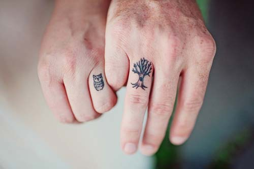 finger tattoo for couples yüzük parmağı dövmeleri