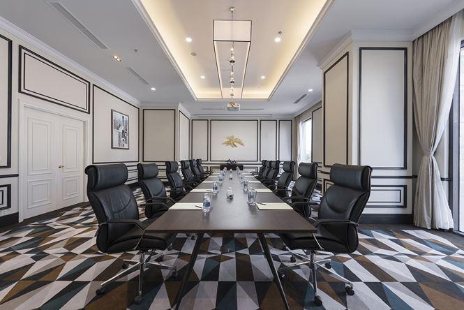 Ngoài ra, khách sạn còn có phòng họp với tiêu chuẩn 5 sao phục vụ nhu cầu khách hàng