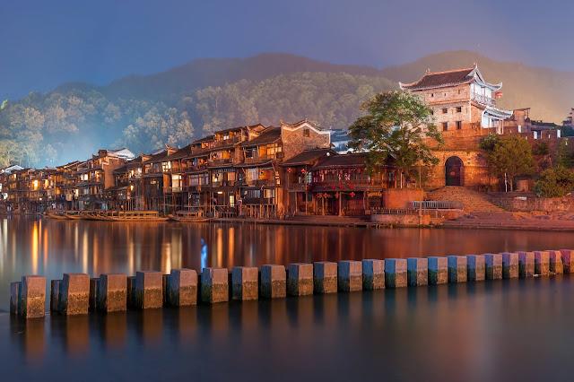 Phượng Hoàng cổ trấn là một trấn nhỏ của huyện Phượng Hoàng, phía tây tỉnh Hồ Nam, Trung Quốc. Chỉ cần nhắc đến cái tên, ta cũng phần nào mường tượng được vẻ đẹp mê hôn của trấn nhỏ vùng sông nước Giang Nam thơ mộng.