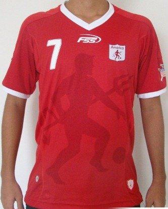 A camisa titular é a tradicional vermelha que neste ano possui o mascote do  clube 25d6d4863c07b