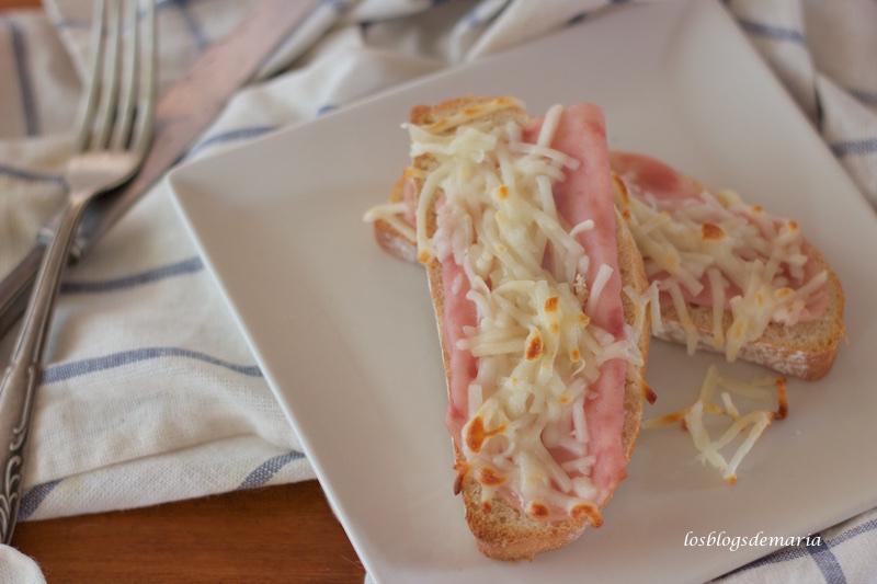 Rebanadas de pan con jamón y queso