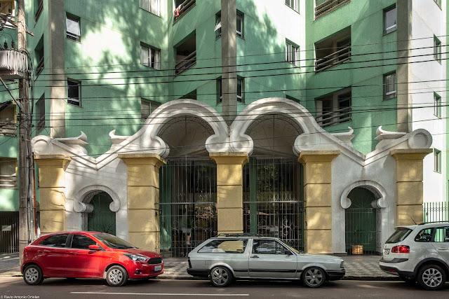 Edifício Portal do Passeio, entrada copiando o portão do Passeio Público