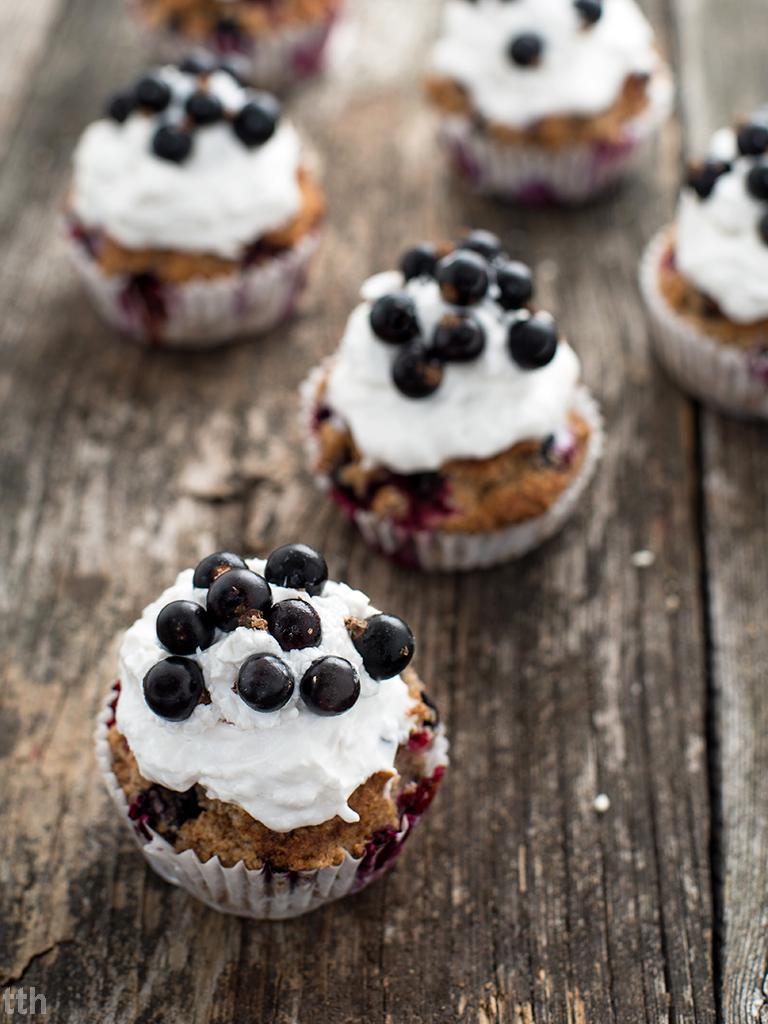 Muffiny kokosowe z czarną porzeczką wegańskie, bezglutenowe, bez cukru roślinny blog kulinarny