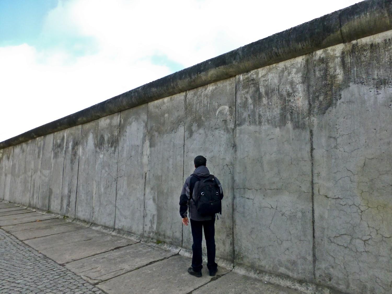 Ante el Muro de Berlin
