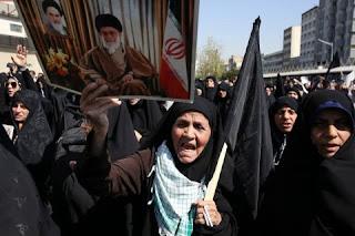 Demo di Iran, Warga Membakar Foto Ayatollah Ali Khamenei