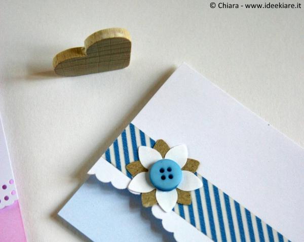 Bigliettino azzurro pastello con fiore