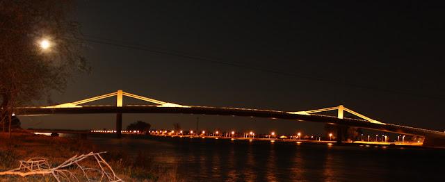 Vista nocturna del puente de Deltebre