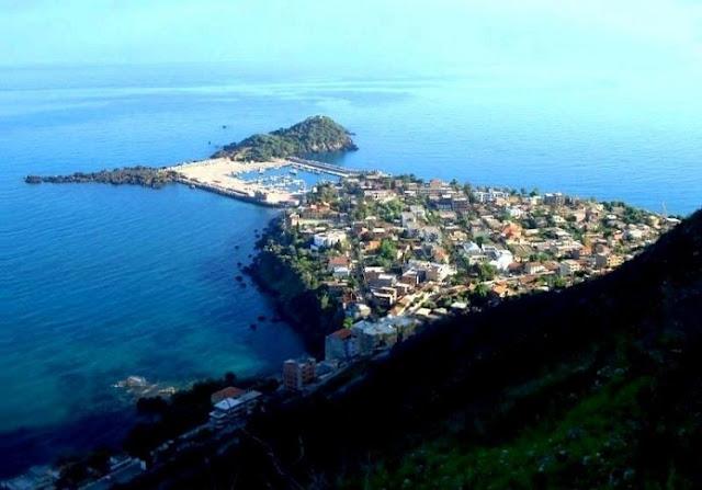 Tout au long de la côte kabyle , on trouve des villes enchanteresses où on profite de la brise de mer et du poisson frais!