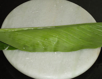 turmeric leaf folded to make patholi